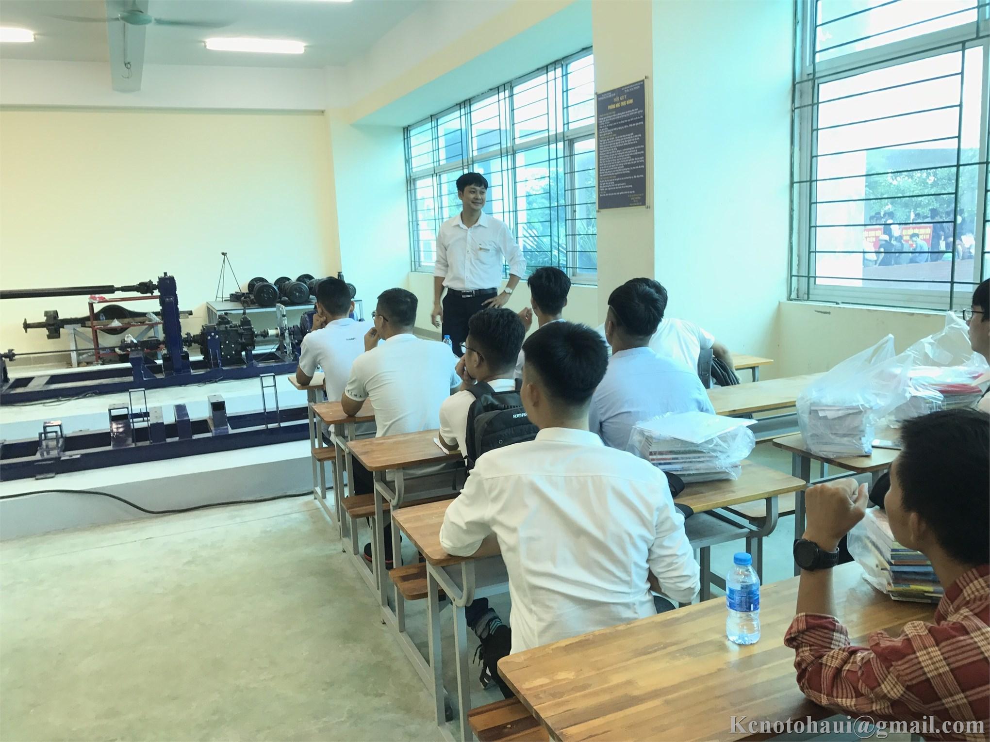 Ngày hội nhập học của tân sinh viên Khoa Công nghệ ô tô trường Đại Học Công nghiệp Hà Nội