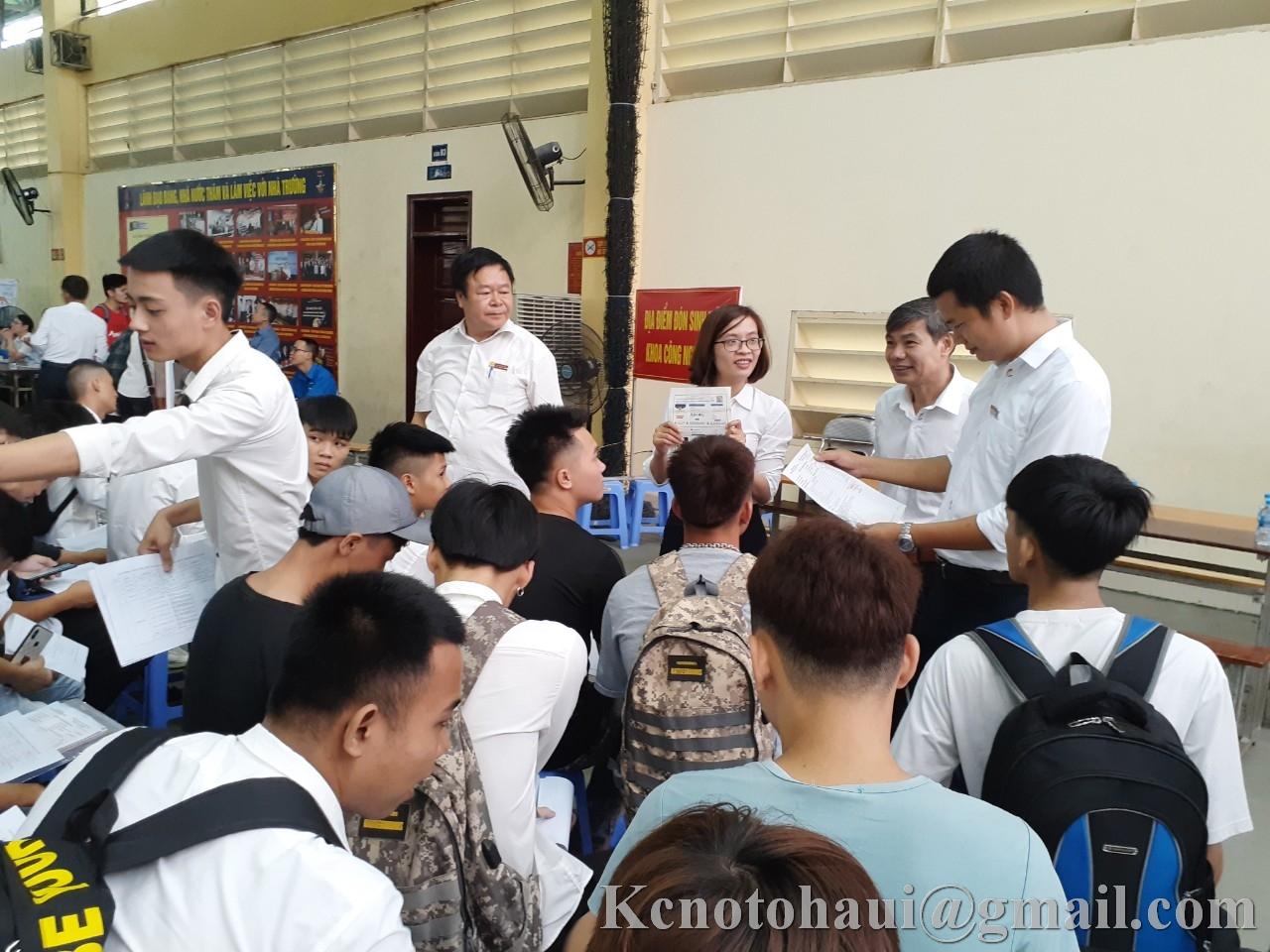 Niềm vui của hơn 700 sinh viên hệ cao đẳng K21 Khoa công nghệ ô tô ngày nhập học