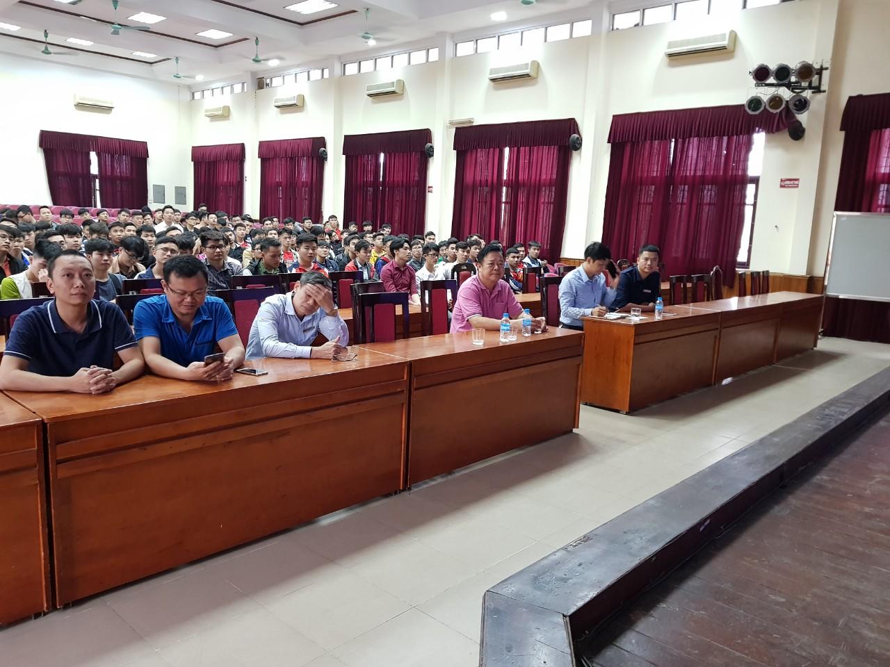Khoa công nghệ ô tô triển khai học kỳ tốt nghiệp và CVHT cho sinh viên ĐH K11