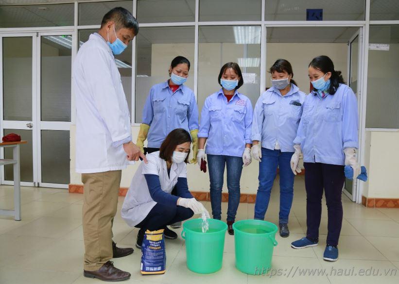 Khoa Công nghệ ô tô thực hiện vệ sinh khử trùng các phòng học và thực hành phòng chống dịch bệnh viêm đường hô hấp cấp