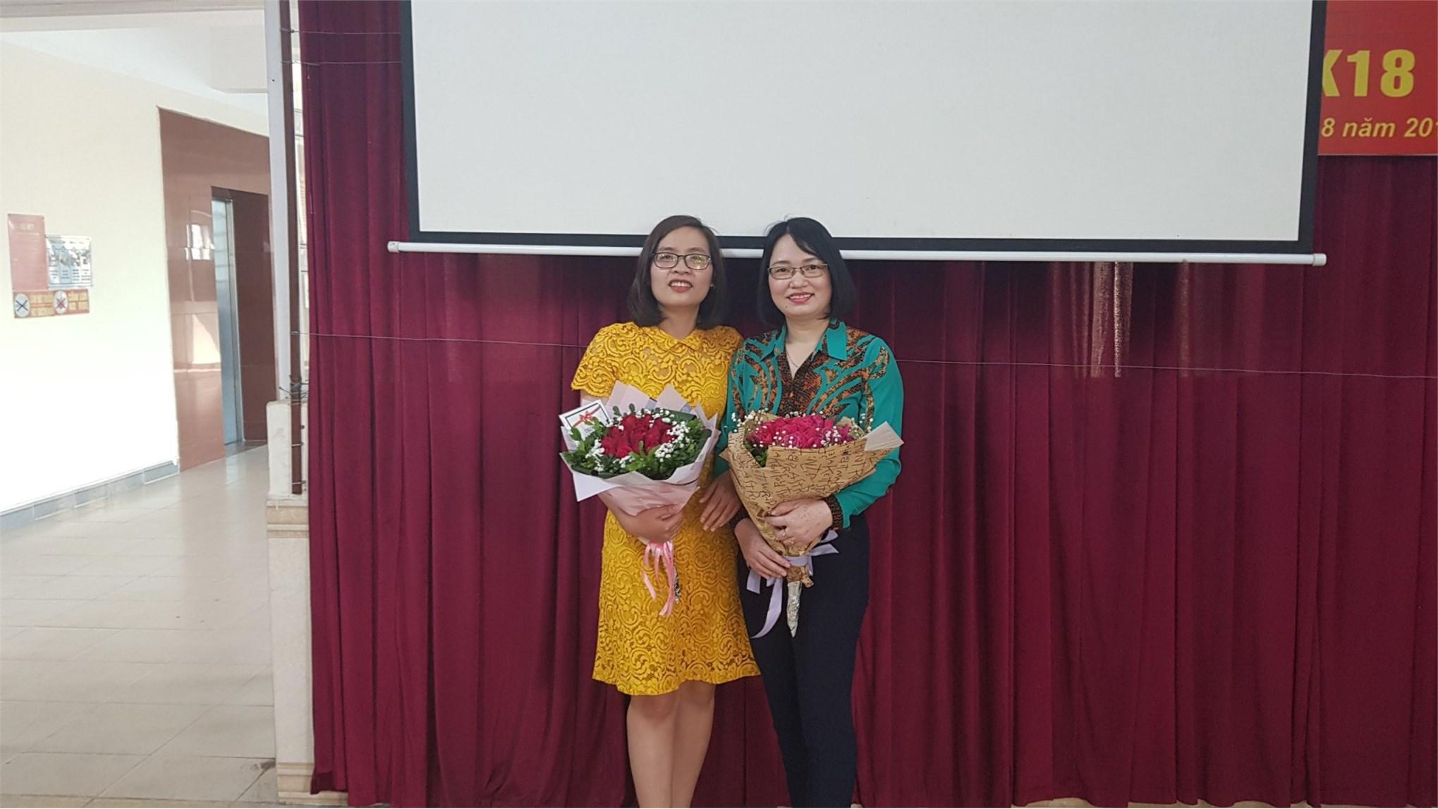 Tặng hoa các chị em phụ nữ khoa công nghệ ô tô nhân kỷ niệm ngày 08-03