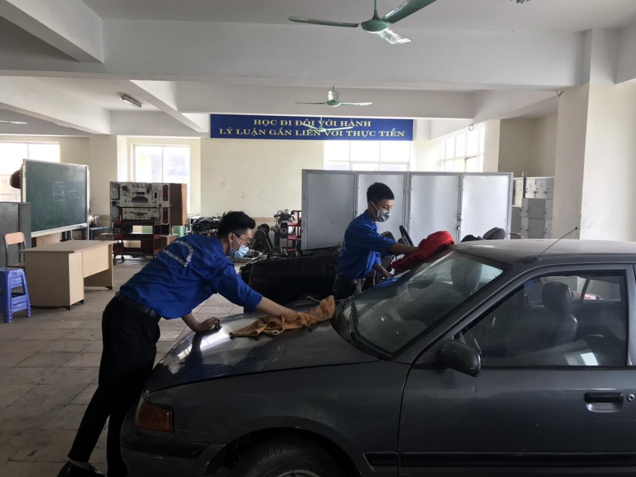 Khoa Công nghệ ô tô thực hiện công tác vệ sinh phòng chống dịch COVID-19 trước ngày đầu tiên sinh viên đến trường sau thời gian nghỉ học cách ly