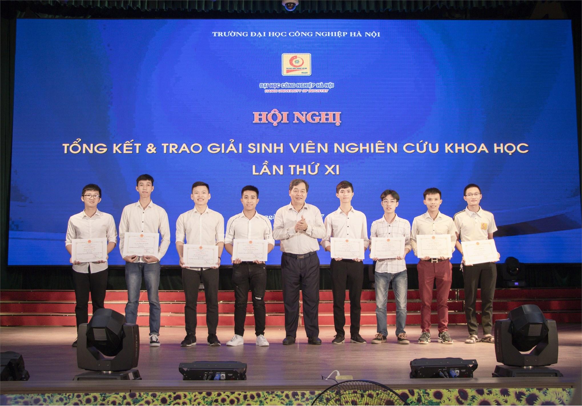 Hai giải nhất, Ba giải nhì, Ba giải ba được trao cho nhóm sinh viên NCKH Khoa công nghệ ô tô trong Hội nghị tổng kết và trao giải sinh viên nghiên cứu khoa học lần thứ XI, năm học 2019 - 2020.