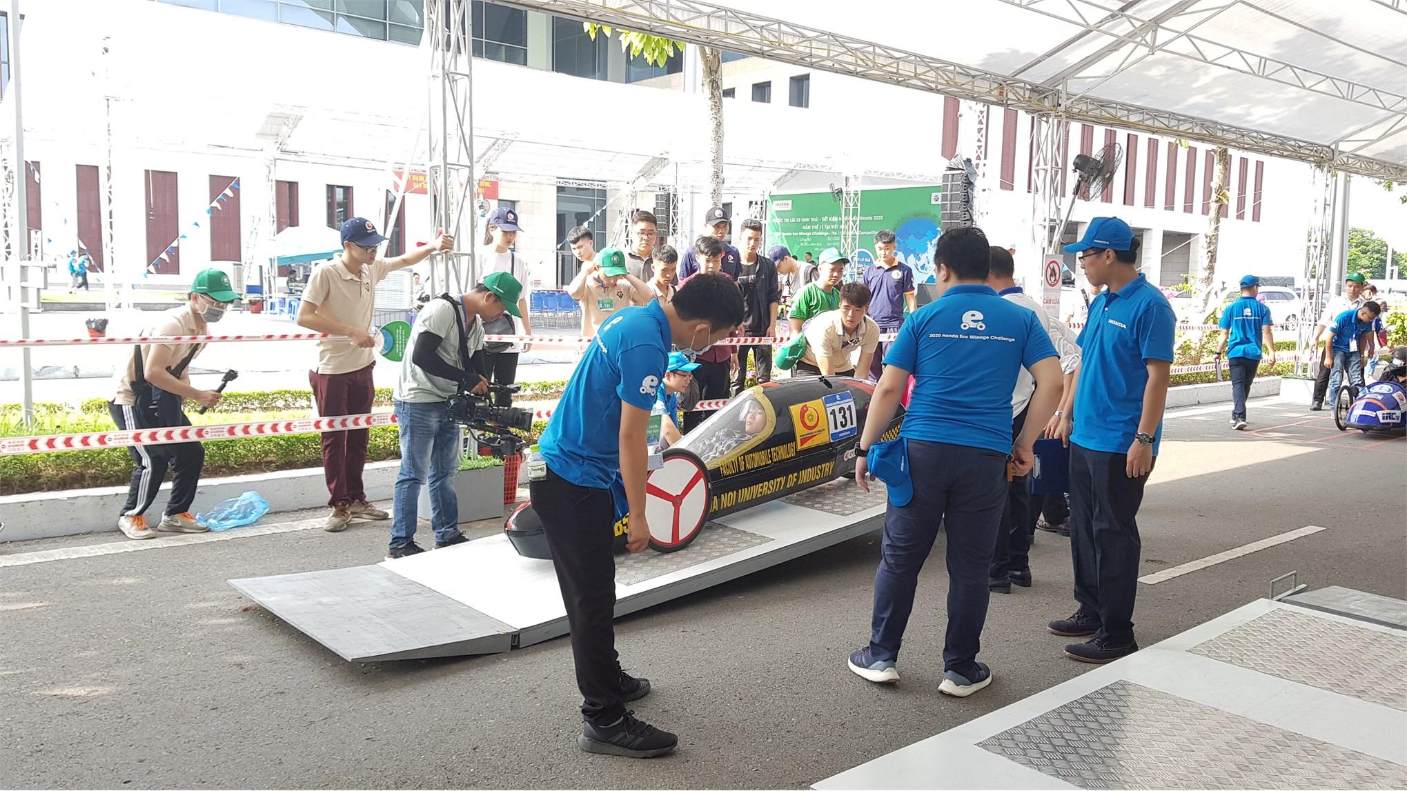 Vỡ òa cảm xúc đội tuyển Supercup 50 Khoa công nghệ ô tô đăng quang chức vô địch lần thứ 5 liên tiếp tại cuộc thi lái xe sinh thái tiết kiệm nhiên liệu Honda lần thứ XX