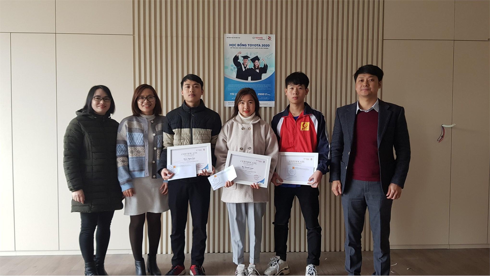 Trao tặng học bổng của Toyota Việt Nam cho 03 sinh viên khoa công nghệ ô tô đạt thành tích xuất sắc trong học tập